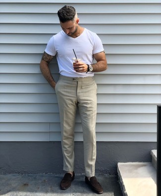 Cómo combinar: camiseta con cuello circular blanca, pantalón de vestir en beige, mocasín de ante en marrón oscuro, reloj de cuero negro