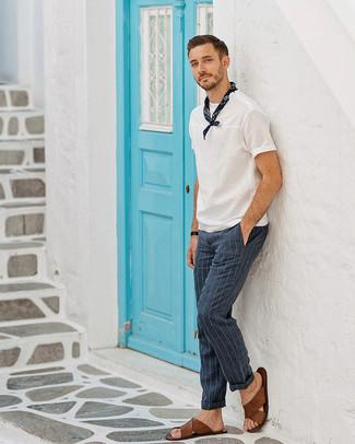 Cómo combinar: camiseta con cuello circular blanca, pantalón de vestir de rayas verticales azul marino, sandalias de cuero marrónes, bandana azul marino