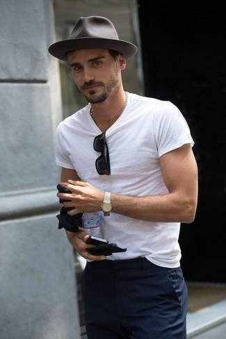 Moda para Hombres › Moda para hombres de 30 años Una camiseta con cuello  circular blanca y un pantalón de vestir azul marino son un look 30c1e61fa7d