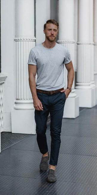 Si buscas un look en tendencia pero clásico, intenta ponerse una camiseta con cuello circular gris y un pantalón de vestir negro. Zapatos derby de ante gris oscuro son una opción excelente para complementar tu atuendo.