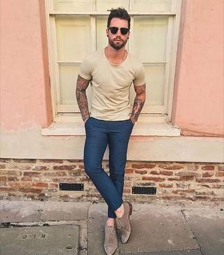 Cómo combinar: camiseta con cuello circular amarilla, pantalón de vestir azul marino, zapatos oxford de ante marrónes, gafas de sol negras