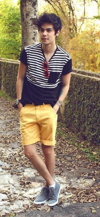 Cómo combinar: camiseta con cuello circular de rayas horizontales en negro y blanco, pantalones cortos amarillos, botas safari de ante grises, correa de ante negra