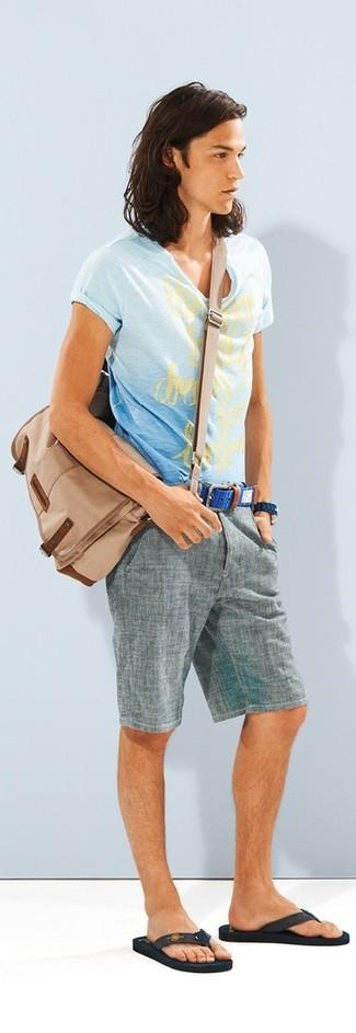 Cómo combinar: camiseta con cuello circular estampada celeste, pantalones cortos grises, chanclas en marrón oscuro, bolso mensajero de lona marrón claro
