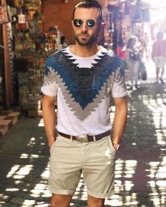 Cómo combinar: camiseta con cuello circular estampada en blanco y azul marino, pantalones cortos en beige, correa de cuero en marrón oscuro, gafas de sol negras