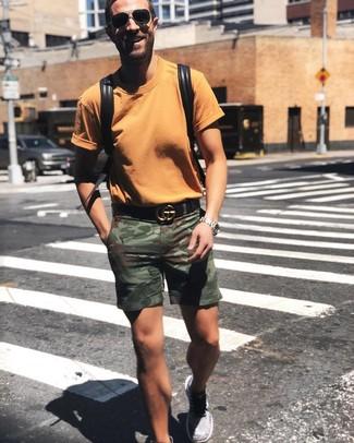 Cómo combinar: camiseta con cuello circular naranja, pantalones cortos de camuflaje verde oliva, deportivas grises, mochila de cuero negra