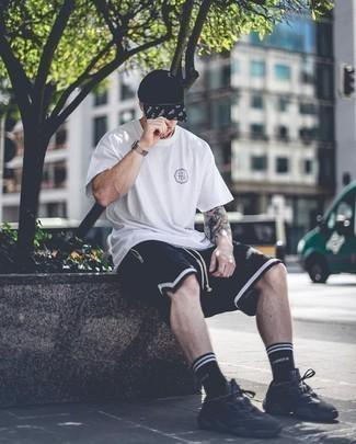 Cómo combinar una gorra de béisbol estampada en negro y blanco para hombres de 20 años: Considera emparejar una camiseta con cuello circular estampada blanca con una gorra de béisbol estampada en negro y blanco transmitirán una vibra libre y relajada. Dale onda a tu ropa con deportivas negras.
