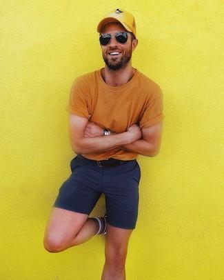 Cómo combinar: camiseta con cuello circular naranja, pantalones cortos azul marino, gorra de béisbol amarilla, correa de cuero negra