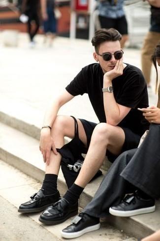 Cómo combinar un mocasín con borlas de cuero negro: Intenta ponerse una camiseta con cuello circular negra y unos pantalones cortos negros para lidiar sin esfuerzo con lo que sea que te traiga el día. ¿Por qué no ponerse mocasín con borlas de cuero negro a la combinación para dar una sensación más clásica?
