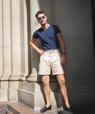 Cómo combinar: camiseta con cuello circular azul marino, pantalones cortos en beige, mocasín de cuero burdeos, gafas de sol verde oliva
