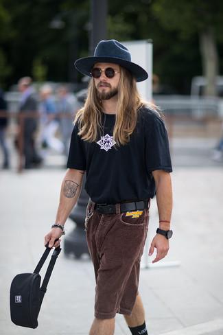Cómo combinar: camiseta con cuello circular estampada en negro y blanco, pantalones cortos de pana en marrón oscuro, riñonera de lona negra, sombrero de lana azul marino
