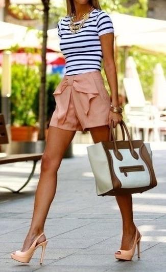 Para un atuendo que esté lleno de caracter y personalidad utiliza una camiseta con cuello circular de rayas horizontales en blanco y negro y unos pantalones cortos. ¿Te sientes valiente? Elige un par de sandalias de tacón de cuero beige.