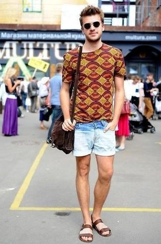 Cómo combinar: camiseta con cuello circular estampada mostaza, pantalones cortos vaqueros celestes, sandalias de cuero en marrón oscuro, bolso mensajero de ante en marrón oscuro
