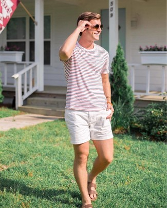 Cómo combinar: camiseta con cuello circular de rayas horizontales en blanco y rojo y azul marino, pantalones cortos blancos, sandalias de cuero marrónes, gafas de sol en marrón oscuro