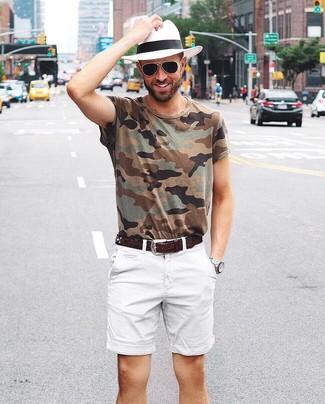 Cómo combinar: camiseta con cuello circular de camuflaje verde oliva, pantalones cortos blancos, sombrero de paja blanco, correa de cuero en marrón oscuro
