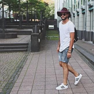 Cómo combinar: camiseta con cuello circular blanca, pantalones cortos vaqueros celestes, tenis blancos, mochila negra