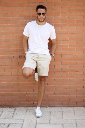 Cómo combinar: camiseta con cuello circular blanca, pantalones cortos en beige, tenis de lona blancos, gafas de sol negras