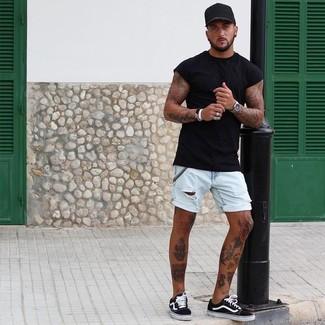 Cómo combinar: camiseta con cuello circular negra, pantalones cortos vaqueros celestes, tenis de lona en negro y blanco, gorra de béisbol negra