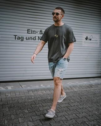 Cómo combinar: camiseta con cuello circular estampada en gris oscuro, pantalones cortos vaqueros desgastados celestes, tenis de lona estampados grises, gafas de sol negras