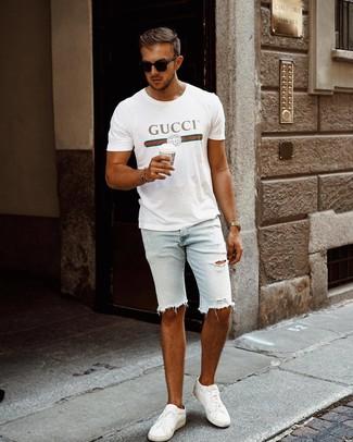 Cómo combinar: camiseta con cuello circular estampada blanca, pantalones cortos vaqueros desgastados celestes, tenis de cuero blancos, gafas de sol negras