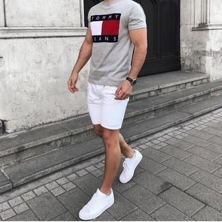 Cómo combinar unos pantalones cortos blancos: Para un atuendo tan cómodo como tu sillón elige una camiseta con cuello circular estampada gris y unos pantalones cortos blancos. Tenis de lona blancos son una opción grandiosa para complementar tu atuendo.