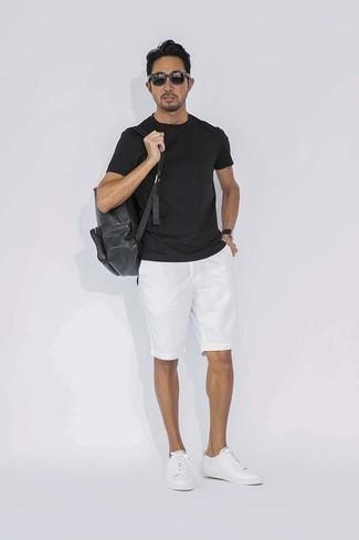 Cómo combinar unos pantalones cortos blancos: Intenta combinar una camiseta con cuello circular negra con unos pantalones cortos blancos para una vestimenta cómoda que queda muy bien junta. Tenis de cuero blancos son una opción inmejorable para complementar tu atuendo.