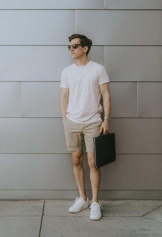 Cómo combinar un bolso con cremallera de cuero negro: Para un atuendo tan cómodo como tu sillón casa una camiseta con cuello circular blanca con un bolso con cremallera de cuero negro. ¿Te sientes valiente? Complementa tu atuendo con tenis de lona blancos.