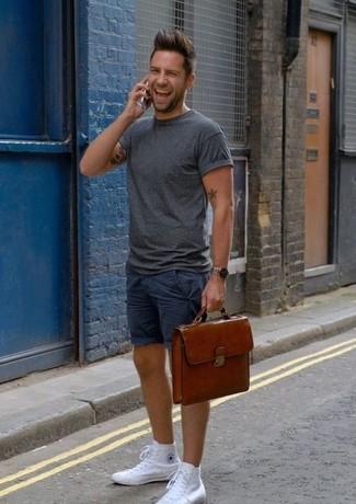 Elige una camiseta con cuello circular en gris oscuro y unos pantalones cortos azul marino de hombres de Maison Margiela para un look diario sin parecer demasiado arreglada. Zapatillas altas de lona blancas añadirán interés a un estilo clásico.