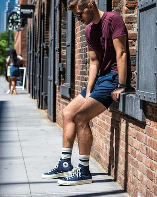 Cómo combinar: camiseta con cuello circular burdeos, pantalones cortos azul marino, zapatillas altas de lona azul marino, gafas de sol negras