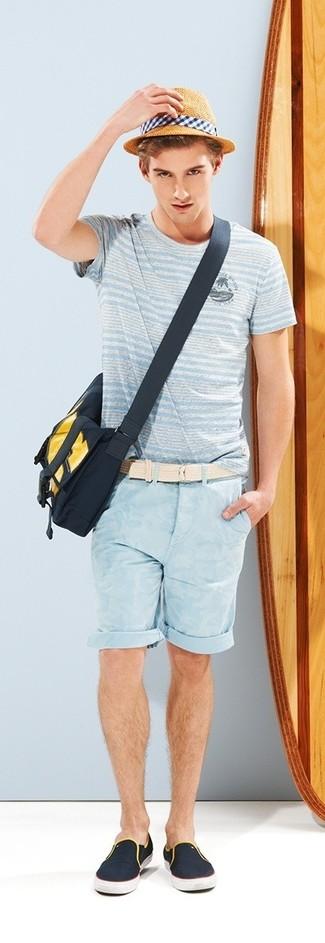 Cómo combinar: camiseta con cuello circular de rayas horizontales celeste, pantalones cortos celestes, zapatillas slip-on de lona azul marino, bolso mensajero de lona azul marino