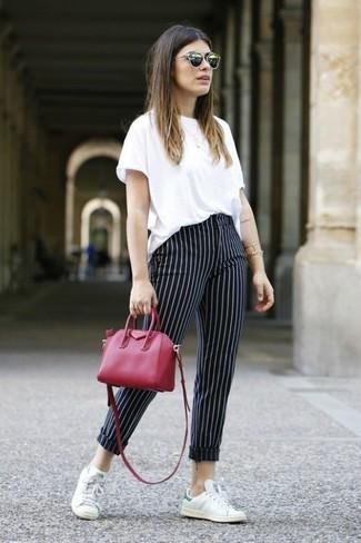 Como Combinar Unos Pantalones Pitillo Con Unos Tenis Para Mujeres De 30 Anos En Verano 2021 2 Outfits Lookastic Espana