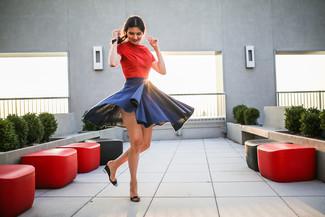 Cómo combinar: camiseta con cuello circular roja, falda skater azul marino, sandalias con cuña de cuero negras