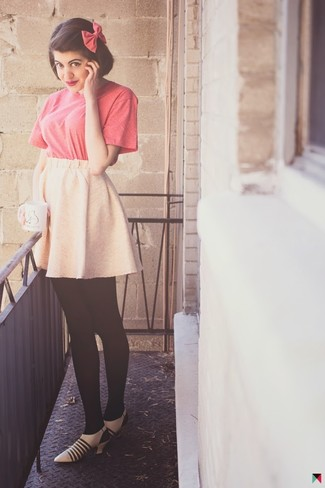 Look de moda: Camiseta con cuello circular rosa, Falda skater rosada, Zapatos de tacón de cuero en beige, Corbatín rosa