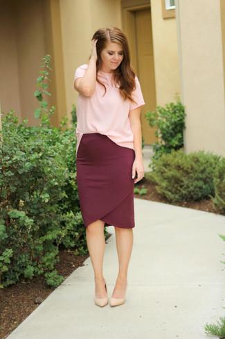 Cómo combinar: camiseta con cuello circular rosada, falda lápiz burdeos, zapatos de tacón de cuero en beige