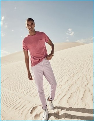 Cómo combinar: camiseta con cuello circular rosada, pantalón chino rosado, tenis blancos