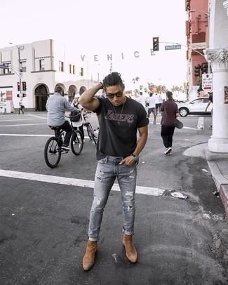 Cómo combinar unos botines chelsea de ante marrón claro: Mantén tu atuendo relajado con una camiseta con cuello circular estampada negra y unos vaqueros desgastados grises. Haz botines chelsea de ante marrón claro tu calzado para mostrar tu inteligencia sartorial.