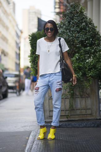 Si eres el tipo de chica de jeans y camiseta, te va a gustar la combinación de una camiseta con cuello circular blanca y unos vaqueros boyfriend desgastados celestes. Agrega sandalias con cuña de cuero amarillas a tu apariencia para un mejor estilo al instante.