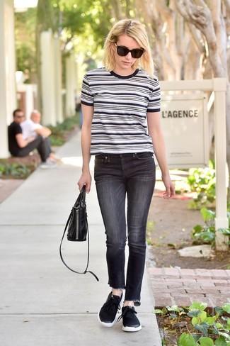 Cómo combinar: camiseta con cuello circular de rayas horizontales en blanco y negro, vaqueros negros, deportivas negras, cartera de cuero negra