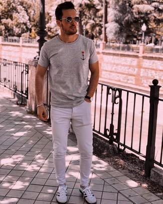 Cómo combinar: camiseta con cuello circular estampada gris, vaqueros blancos, deportivas en blanco y negro, gafas de sol en gris oscuro