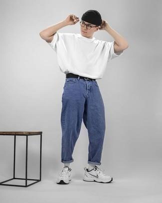 Cómo combinar una camiseta con cuello circular blanca: Intenta ponerse una camiseta con cuello circular blanca y unos vaqueros azules para cualquier sorpresa que haya en el día. Deportivas blancas darán un toque desenfadado al conjunto.