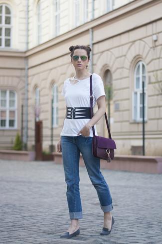Cómo combinar: camiseta con cuello circular con recorte blanca, vaqueros azules, mocasín de ante grises, bolso bandolera de cuero morado oscuro