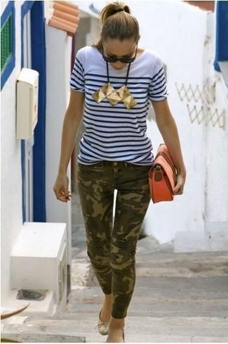 Cómo combinar: camiseta con cuello circular de rayas horizontales en blanco y azul marino, vaqueros pitillo de camuflaje verde oliva, bailarinas de cuero doradas, cartera sobre de cuero naranja
