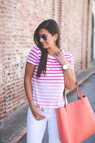 Casa una camiseta con cuello circular ombre rosa con unos vaqueros pitillo blancos para crear una apariencia elegante y glamurosa.