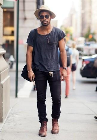 Cómo combinar: camiseta con cuello circular en gris oscuro, vaqueros pitillo negros, botines chelsea de cuero marrónes, bolso mensajero de lona negro