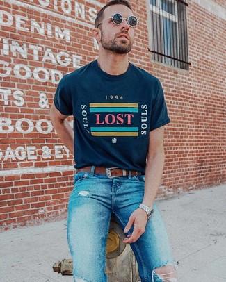 Cómo combinar: camiseta con cuello circular estampada azul marino, vaqueros pitillo desgastados azules, correa de cuero marrón, gafas de sol negras