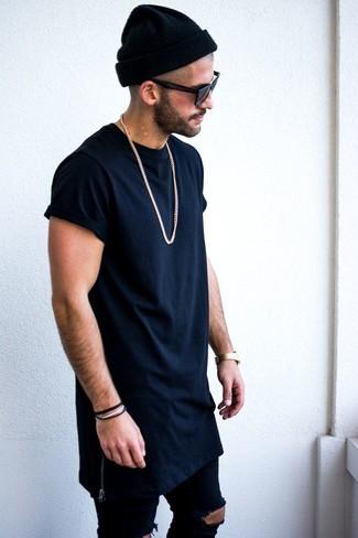Cómo combinar: camiseta con cuello circular azul marino, vaqueros pitillo desgastados azul marino, gorro negro, gafas de sol negras