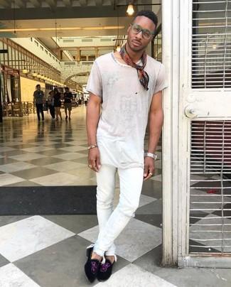 Cómo combinar: camiseta con cuello circular blanca, vaqueros pitillo desgastados blancos, mocasín de ante negro, bandana estampada roja