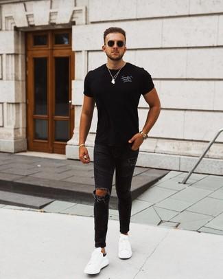 Cómo combinar una pulsera dorada: Ponte una camiseta con cuello circular estampada en negro y blanco y una pulsera dorada transmitirán una vibra libre y relajada. Tenis de cuero en blanco y negro levantan al instante cualquier look simple.