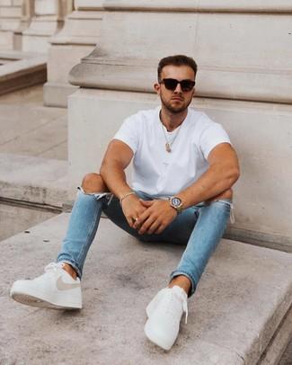 Cómo combinar: camiseta con cuello circular blanca, vaqueros pitillo desgastados azules, tenis de cuero blancos, gafas de sol negras