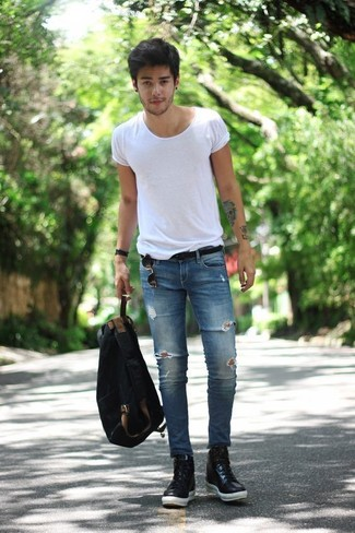 Cómo combinar: camiseta con cuello circular blanca, vaqueros pitillo desgastados azules, zapatillas altas de cuero negras, mochila de lona negra