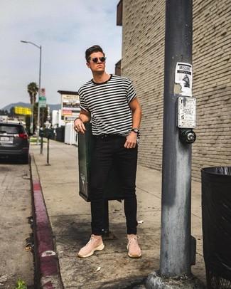 Look de moda: Camiseta con cuello circular de rayas horizontales en blanco y negro, Vaqueros pitillo negros, Zapatillas altas de lona rosadas, Gafas de sol negras